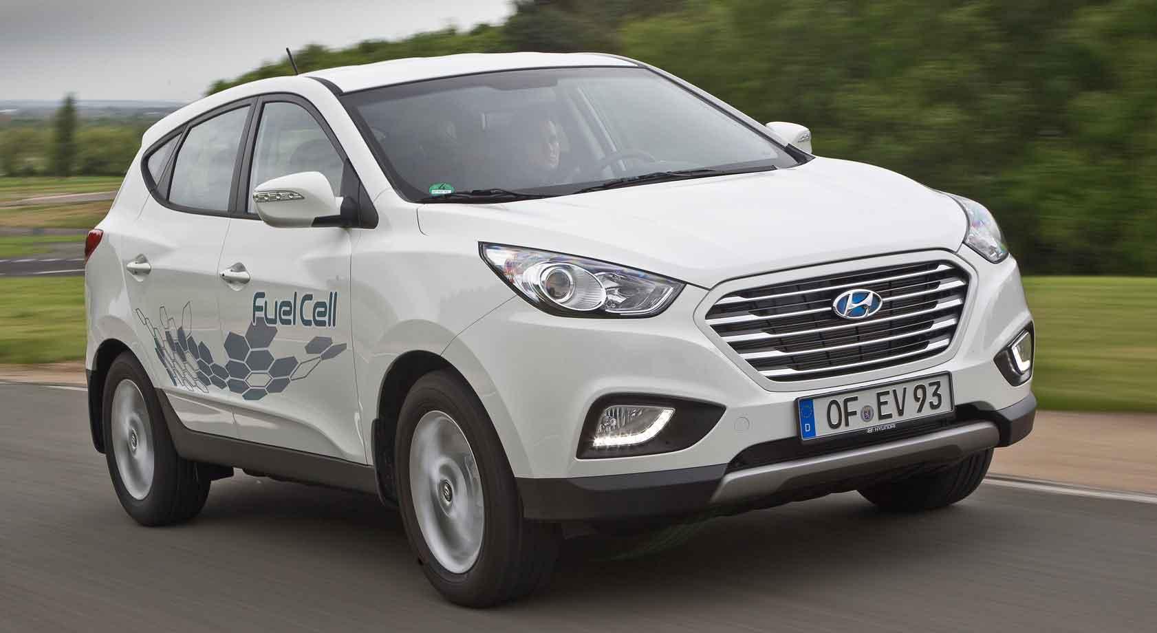 Hvit Hyundai ix35 Fuel Cell på veien.